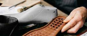 fachowiec obrabiający podeszwę buta
